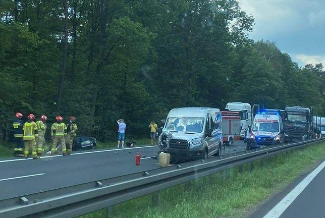 Śląsk. Dziecko ucierpiało w wypadku busa i samochodu osobowego w Piasku.