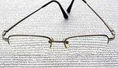 Biznesmeni czytają encykliki na urlopach
