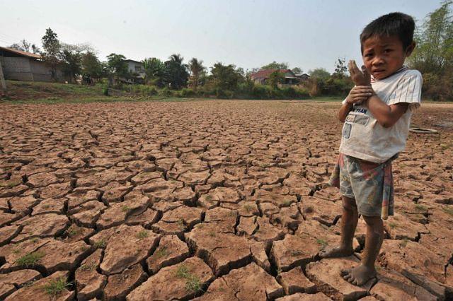 Zniszczone przez suszę pole ryżowe w pobliżu Wientianu, stolicy Laosu, 2010 r. Wody Mekongu spadły wówczas do najniższego poziomu od 50 lat, dziś problem jest nawet poważniejszy
