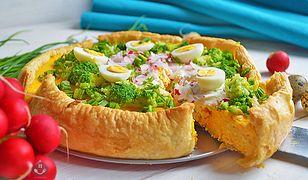 Wytrawny sernik marchewkowy z rzodkiewką i brokułami. Smacznie i z pomysłem