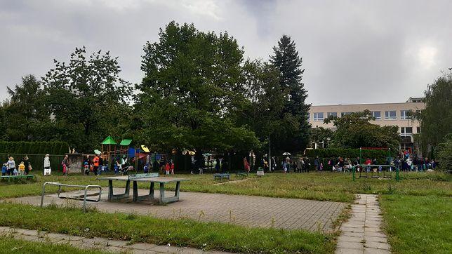 Powrót do szkoły. Kolejki ustawiały się pod przedszkolami w całej Polsce. Na zdjęciu placówka na Bemowie.