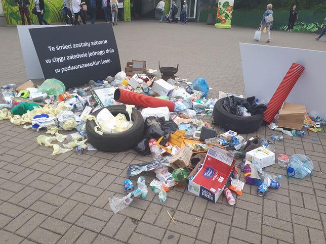 Warszawa. Sterta śmieci w centrum miasta