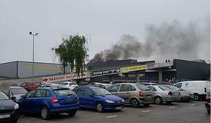 Na dachu centrum handlowego Załęże w Katowicach doszło do pożaru samochodu