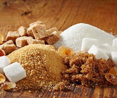 Pasta cukrowa do depilacji, oprócz cukru, zawiera również wodę, sok z cytryny i mieszankę ziół o właściwościach łagodzących.