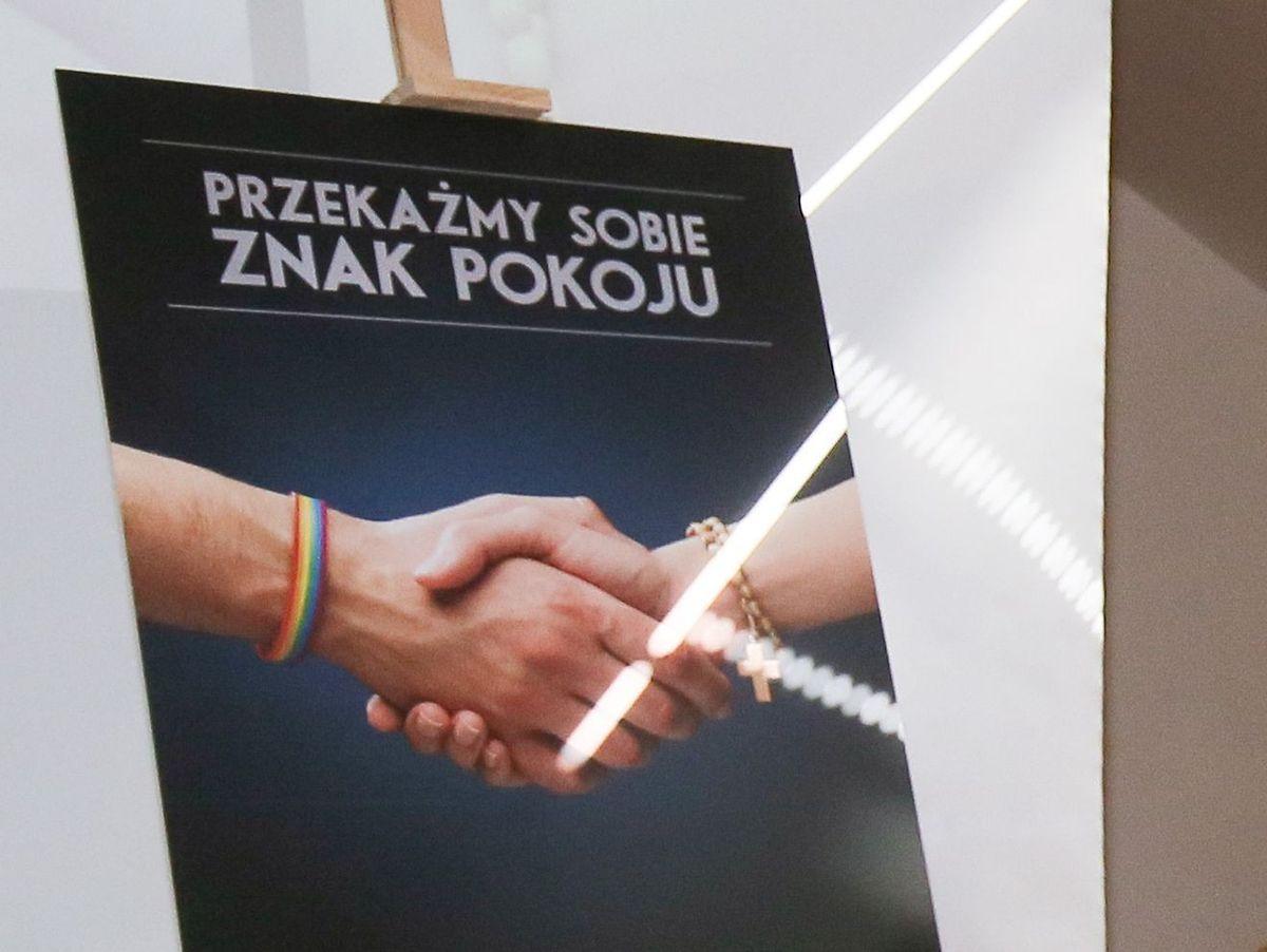 """Organizacje LGBT do chrześcijan: """"Przekażmy sobie znak pokoju"""". W Warszawie ruszyła niezwykła kampania"""