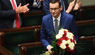 Mateusz Morawiecki z kwiatami w Sejmie.