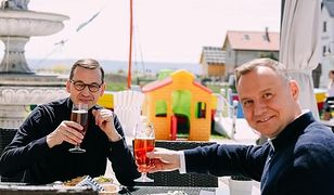Premier Mateusz Morawiecki i prezydent Andrzej Duda w weekend, przy piwie