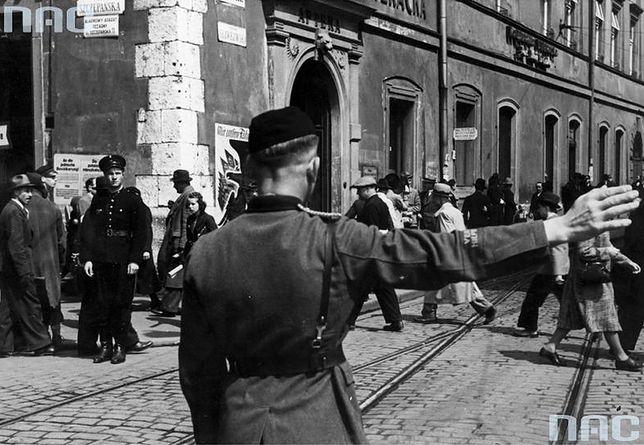 Kraków w czasie niemieckiej okupacji. Na pierwszym planie funkcjonariusz niemieckiej policji pomocniczej.