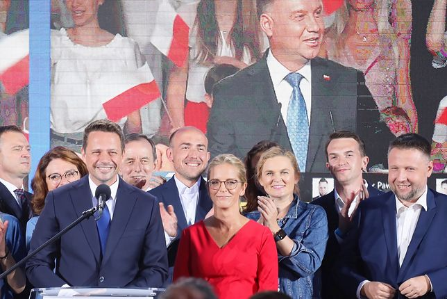 Wybory prezydenckie. Wyniki wyborów 2020. Według wyników sondażowych Exit Poll Rafał Trzaskowski zajął drugie miejsce. W drugiej turze wyborów zmierzy się z ubiegającym się o reelekcję prezydentem RP Andrzejem Dudą.