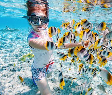 W czasie wakacji albo w miejskim basenie przyda się maska do obserwacji świata pod wodą