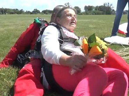80-latka skoczyła ze spadochronem