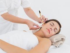 Świecowanie uszu. Pierwsza pomoc w zapaleniach uszu i niedosłuchu