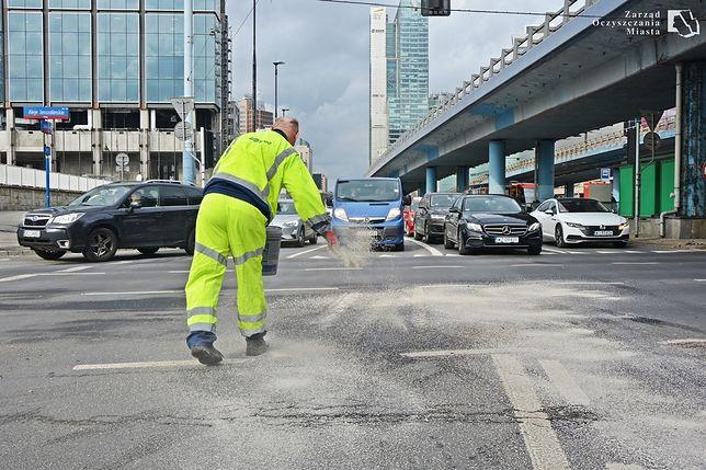 Warszawa. Plamy z paliw i olejów są zabezpieczane specjalistycznymi preparatami