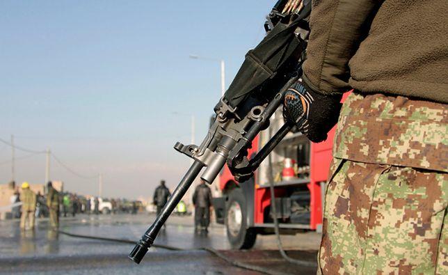 Afgański żołnierz w pobliżu miejsca, gdzie doszło do zamachu bombowego; Kabul