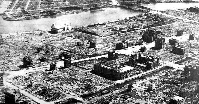 Dzielnica mieszkalna Tokio niemal kompletnie zniszczona przez amerykańskie bombardowanie