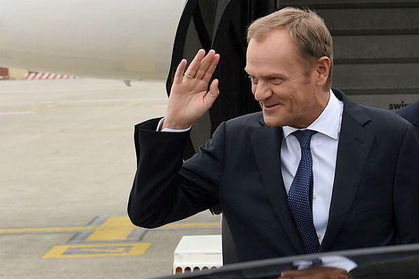 Donald Tusk na lotnisku w Brukseli