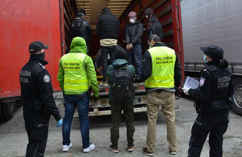 Funkcjonariusze straży granicznej złapali Afgańczyków próbujących nielegalnie wjechać do Polski.