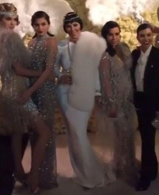 Od lewej stoją: Kendall Jenner, Kylie Jenner, Kris Jenner, Kim oraz Kourtney Kardashian
