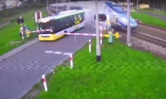 Autobus przewoził pasażerów na lotnisko w Modlinie.