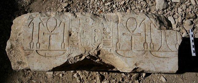 Baza posągu, dzięki której rozpoznano, że są to pozostałości budowli odkrytej przez dr. Abu el-Ayuna Barakata.