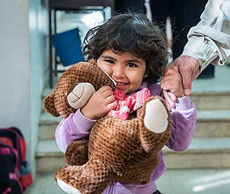 Polska wiceminister rozdała prezenty uchodźcom