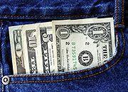 Słabnący dolar zachęca do zakupów za oceanem