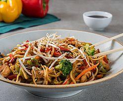 Smażony makaron z warzywami. Doskonały obiad w kilka minut