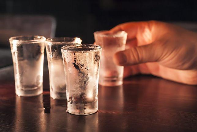 Pijana nastolatka leżała we własnych wymiocinach. Policjanci uratowali jej życie