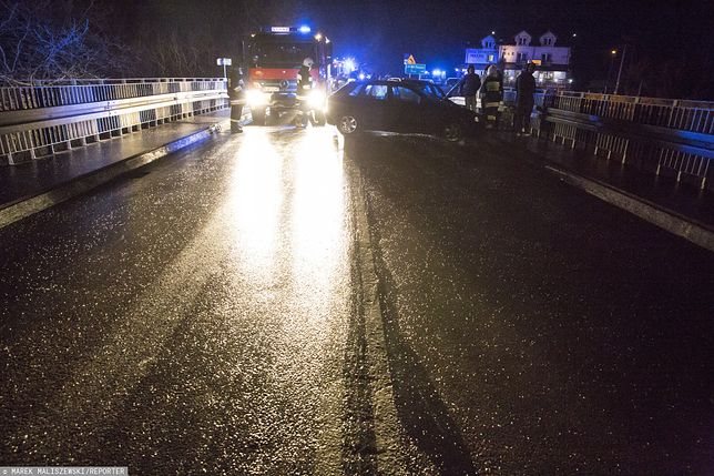 Uwaga na gołoledź! Pod koniec listopada w podobnych warunkach na DK 64 na moście w Wiznie na Podlasiu zderzyło się 6 aut