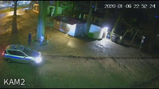 Kamery monitoringu zarejestrowały moment ataku policjantów na 27-latka
