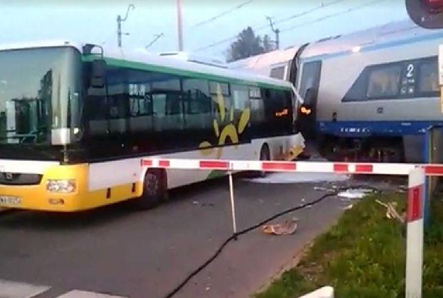 Pendolino zderzyło się z autobusem do Modlina. Utknął na przejeździe?