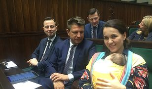 Kornelia Wróblewska z dwumiesięczną córką przyszła na posiedzenie sejmu