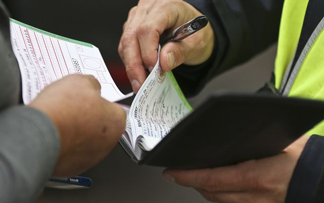 Mandat można opłacić przelewem, na poczcie, a od niedawna również na miejscu - za pomocą karty płatniczej
