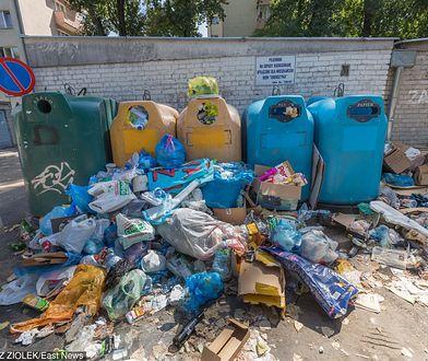 Od początku sierpnia w wielu miejscach na Mokotowie jest tak dużo śmieci, że nie mieszczą się w kontenerach
