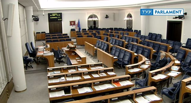 Sala na 100 osób, a senator Kogut siedzi sam. Parlamentarzyści podejmują trudną decyzją