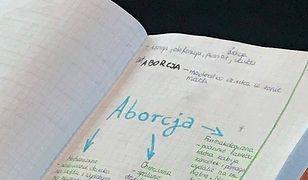 Nastolatka uczyła się, jadąc autobusem. Jej notatki mówią wiele o polskiej szkole