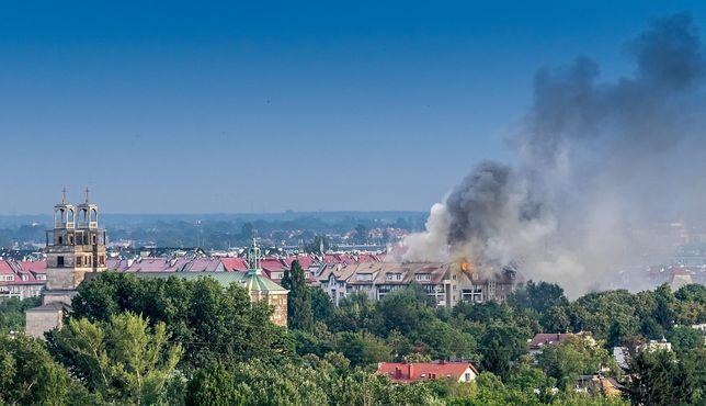 Pożar we Włochach. Wiele zastępów straży walczy z ogniem