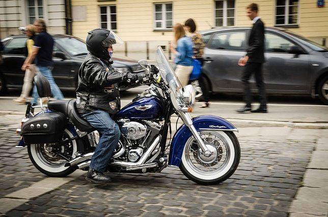 Harleye w Warszawie. Kultowe motocykle na pl. Teatralnym [ZDJĘCIA]