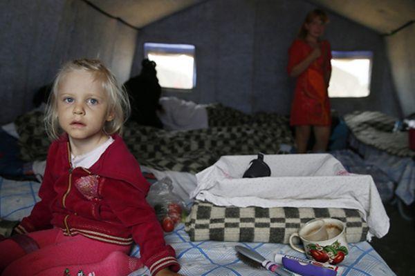 Dziewczynka w obozie uchodźców 10 km od granicy rosyjsko-ukraińskiej