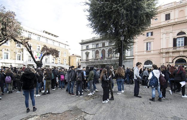 Uczniowie wyszli ze szkół na dziedzińce w Rzymie po wstrząsach sejsmicznych