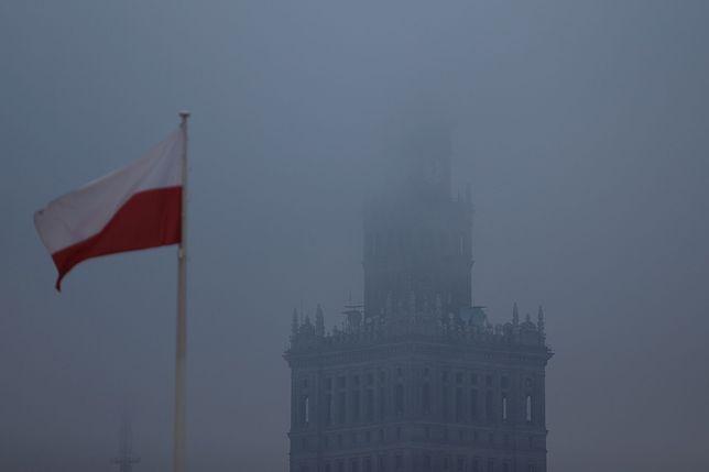 Warszawski PKiN zasnuty dymem smogowym.