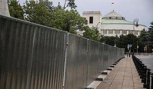 Trzymetrowy płot stanie przed Sejmem? Nie zgadzają się specjaliści