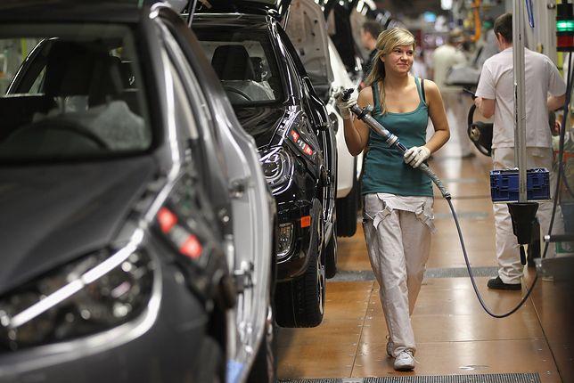 Pracownica Volkswagena w fabryce w Wolfsburgu