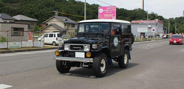 Klasyczne Toyoty na paradzie Classic Car Festival w prefekturze Aichi w Japonii