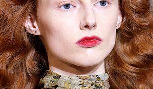 Modelki na pokazie kolekcji Oscar de la Renta na jesień/zimę 2019 zaprezentowały się z malinowymi, rozmazanymi ustami.