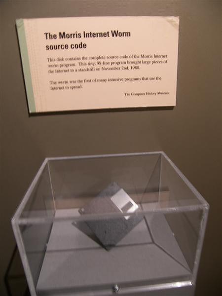 Dyskietka zawierająca kod źródłowy robaka Morrisa w bostońskim Museum of Science