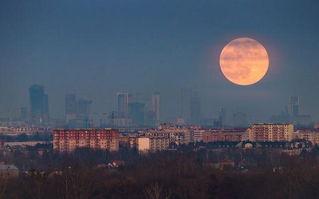 Zobacz Superksiężyc podczas niezwykłej, kwietniowej pełni