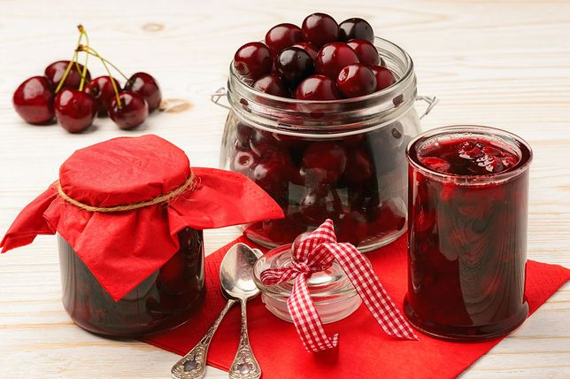 Wiśnie są kwaśne na surowo, ale w przetworach rozwijają pełen bukiet smaku. Przepisy z wiśniami