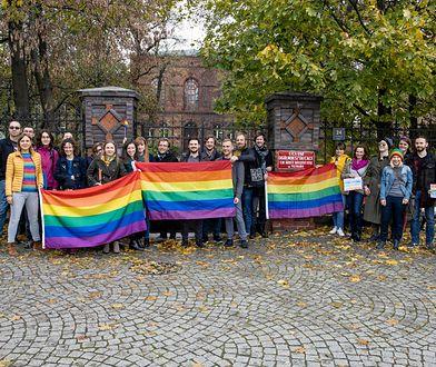 Absolwenci przed LO św. Marii Magdaleny w Poznaniu