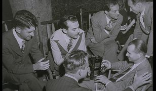 Nieformalne spotkanie osób pracujących przy tajnym Projekcie Manhattan. Wśród nich Stanisław Ulam (rozmawia z pochylonym do niego mężczyzną).